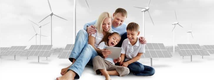 Familie vor Grafik mit Windrad und Photovoltaik