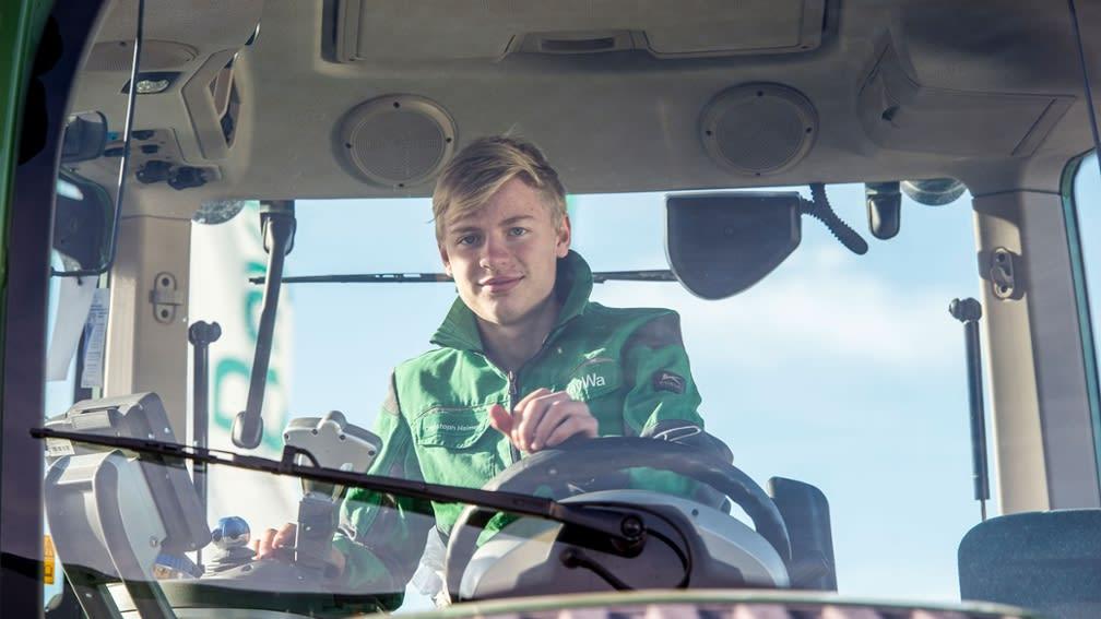 Azubis auf einem Traktor
