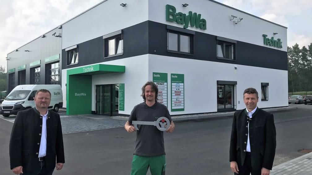 Technik Standort der BayWa AG in Neumarkt mit drei männlichen Personen im Vordergrund