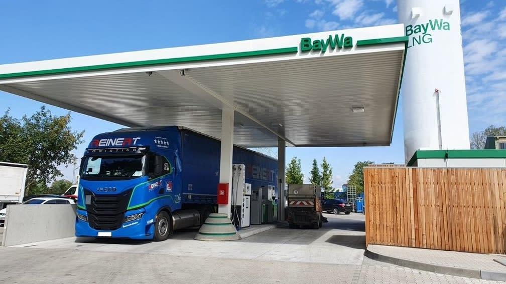 LKW tankt bei neuer LNG Tankstelle