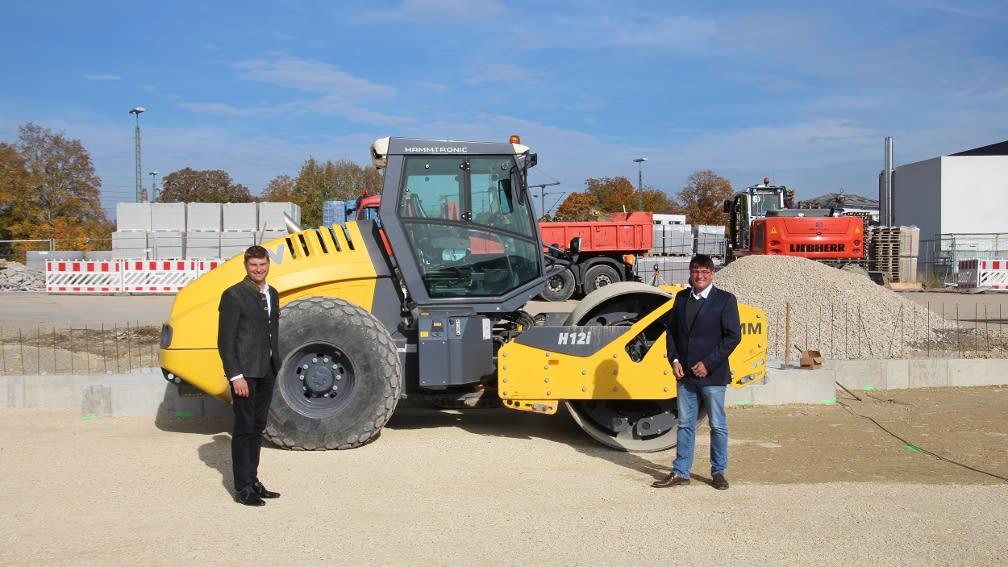 Zwei Männer und schweres Baugerät auf der Baustelle in Neuburg an der Donau.