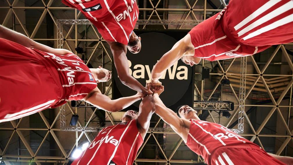 Spieler FC Bayern Basketball mit Trikot BaySammen