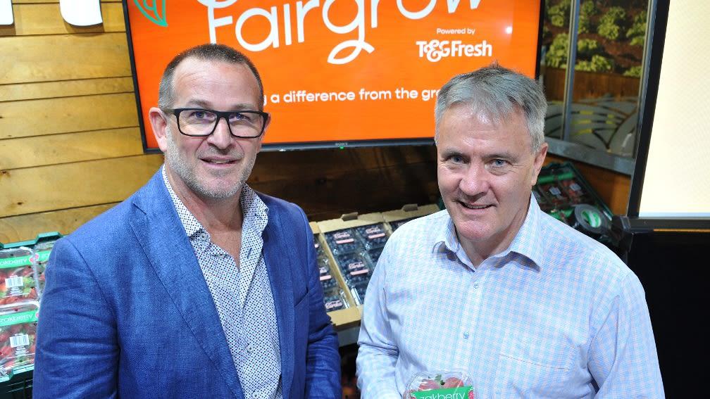 """Zwei Männer stehen vor einem Monitor mit der Aufschrift """"Fairgrow"""""""