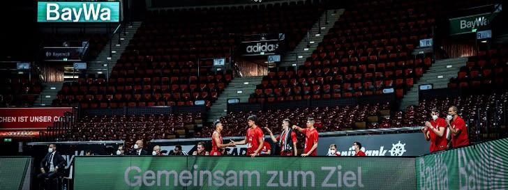 Team des FC Bayern Basketball vor BayWa Logo