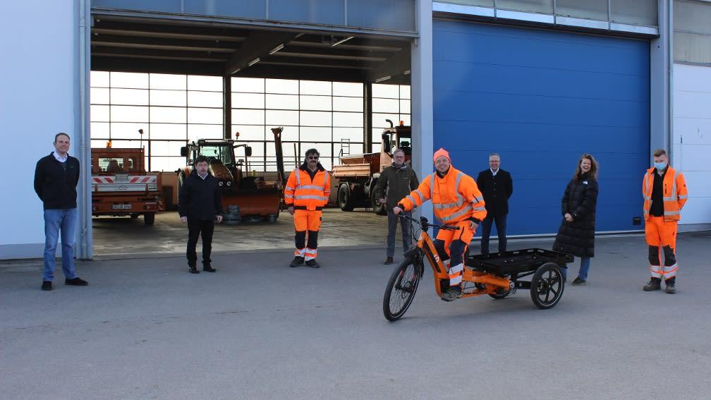 Mensch sitz auf elektrischen Fahrrad mit Anhänger