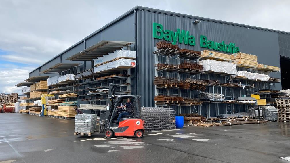 Mitarbeiter fährt einen Elektrostapler auf dem Betriebsgelände von BayWa Baustoffe in Großwallstadt.