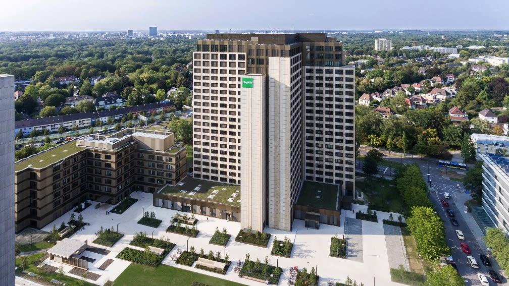 Das frisch sanierte BayWa Hochhaus am Münchner Arabellapark von oben, Foto durch Drohne aufgenommen.