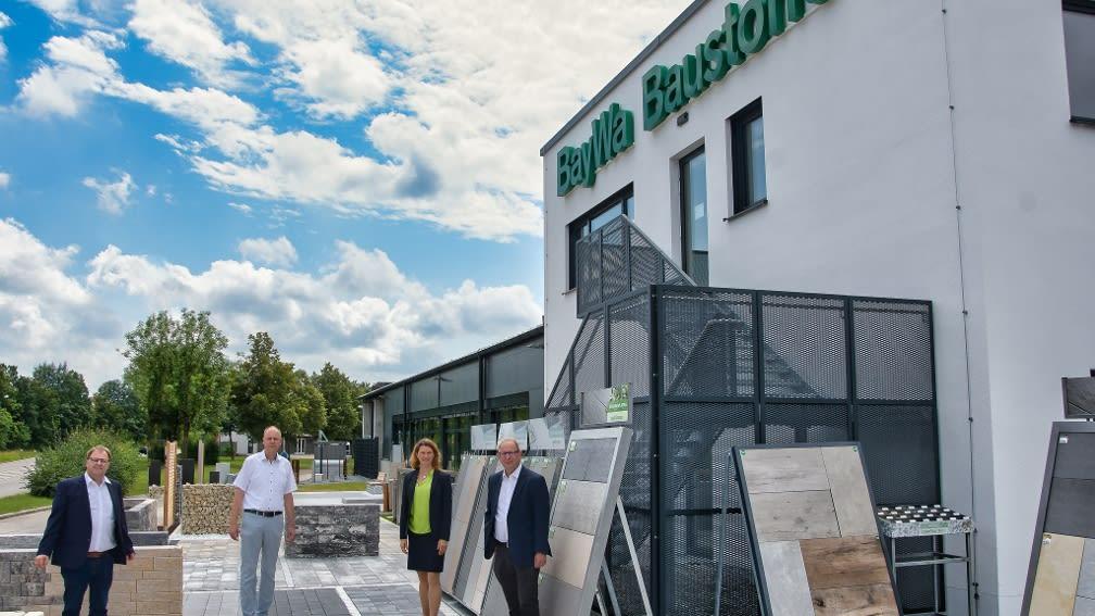 4 Personen vor BayWa Baustoffe Standort in Lappersdorf.