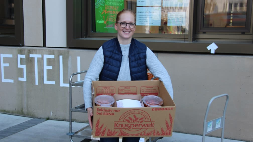 BayWa Mitarbeiter fahren während des Lockdowns ehrenamtlich Essen an Senioren und Obdachloseneinrichtungen aus.