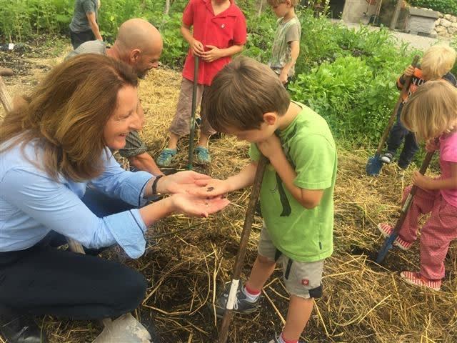 Kinder entdecken die Natur und die Landwirtschaft am Oberashof.