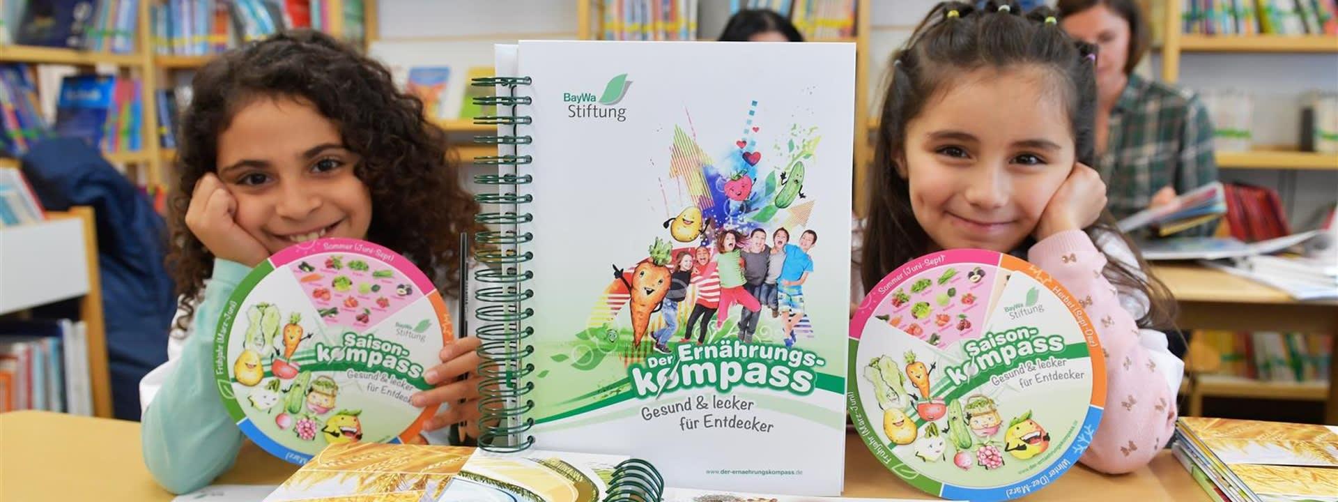 """Das Lehr- und Aktionsbuch """"Der Ernährungskompass"""" der BayWa Stiftung zeigt Grundschülern die bunte Welt der gesunden Ernährung."""