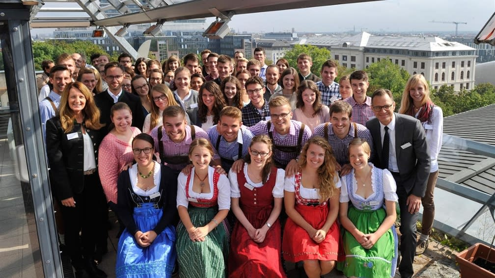 The students of the scholarship holders' day of the BayWa Foundation came together in Bavarian costume.