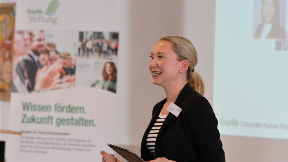 Eva Boesze, Head of HR bei BayWa, verrät den jungen Studenten Einstiegsmöglichkeiten bei der BayWa.