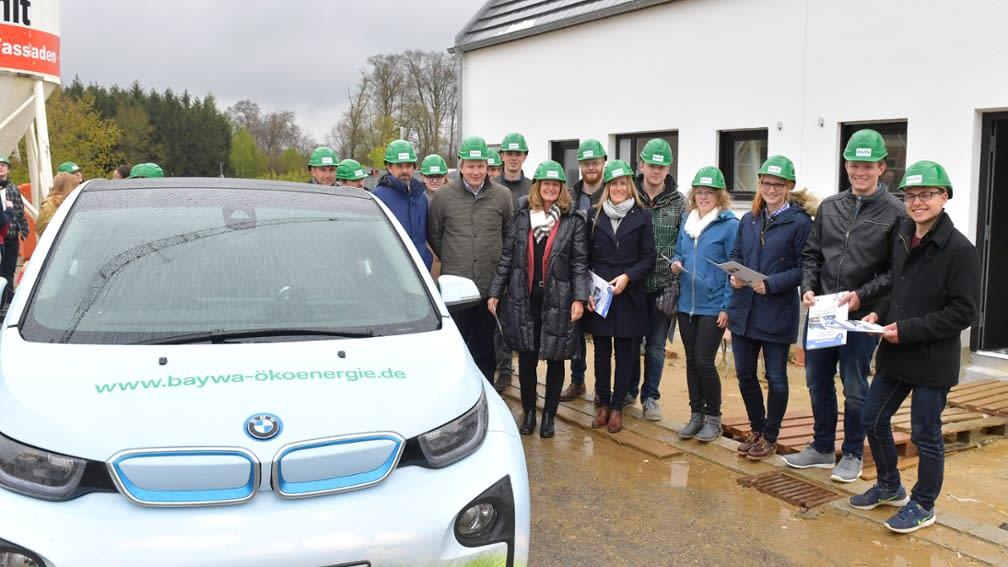 Die Elektroautos der BayWa AG wurden am Stipendiatentag der BayWa Stiftung präsentiert.