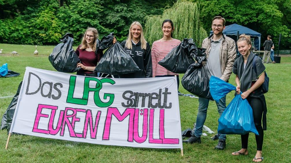 Müll sammeln im Englischen Garten: Das Luitpold-Gymnasium engagiert sich mit der Unterstützung der BayWa Stiftung.
