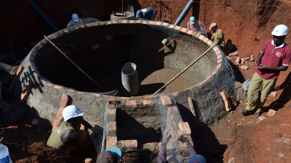Biogasanlage wird von den Bewohnern gebaut.