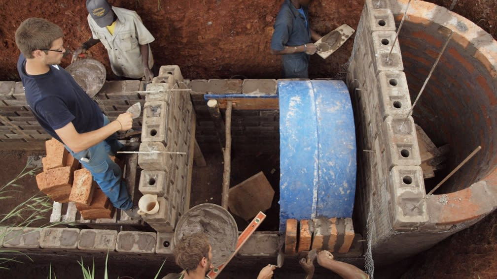 Seit 2010 baut die BayWa Stiftung Biogasanlagen in Tansania.