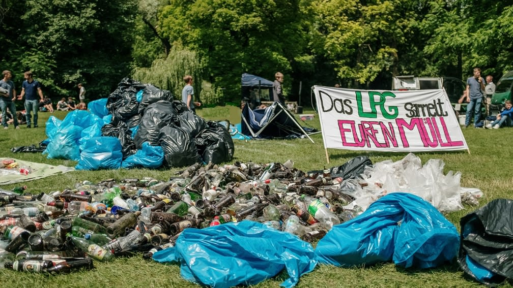 Garbage collection in the English Garden Munich by the students of the Luitpold Gymnasium Munich