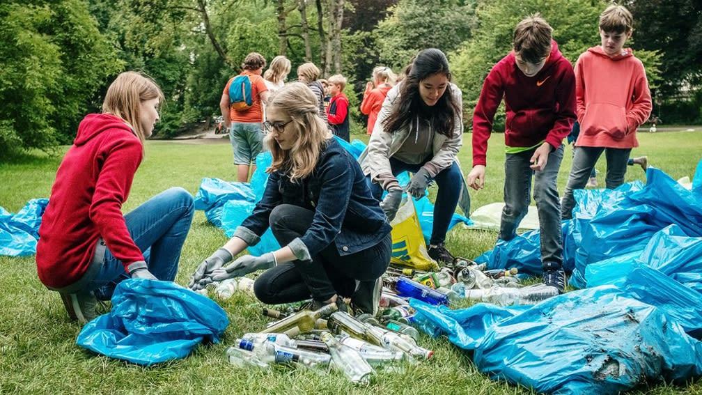 Schüler sammeln Müll im Englischen Garten in München