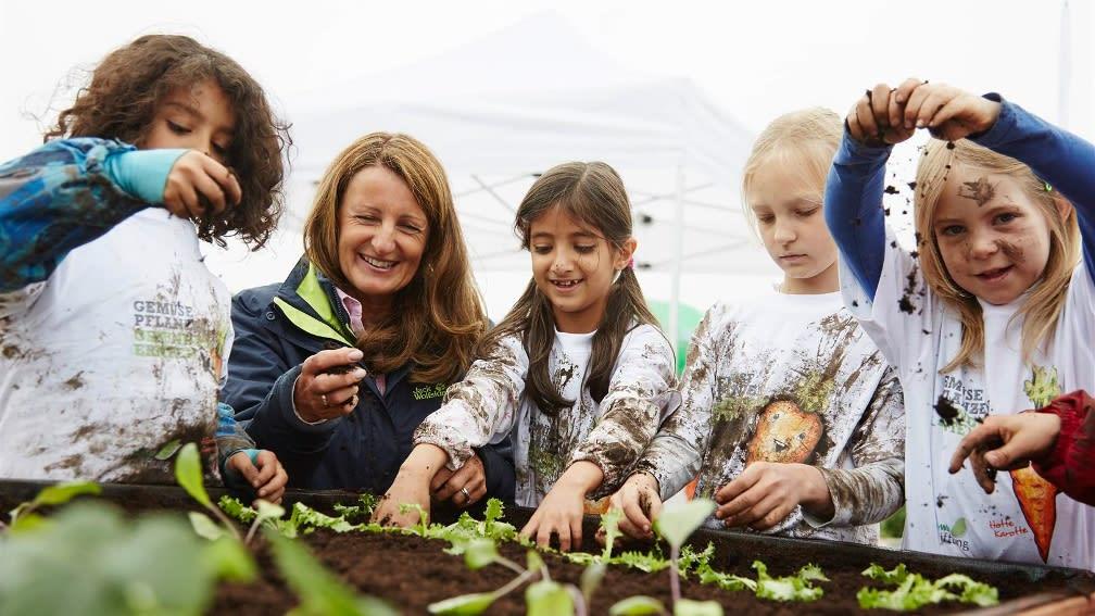 Außerdem wird das Hochbeet gemeinsam mit den Kindern bepflanzt.