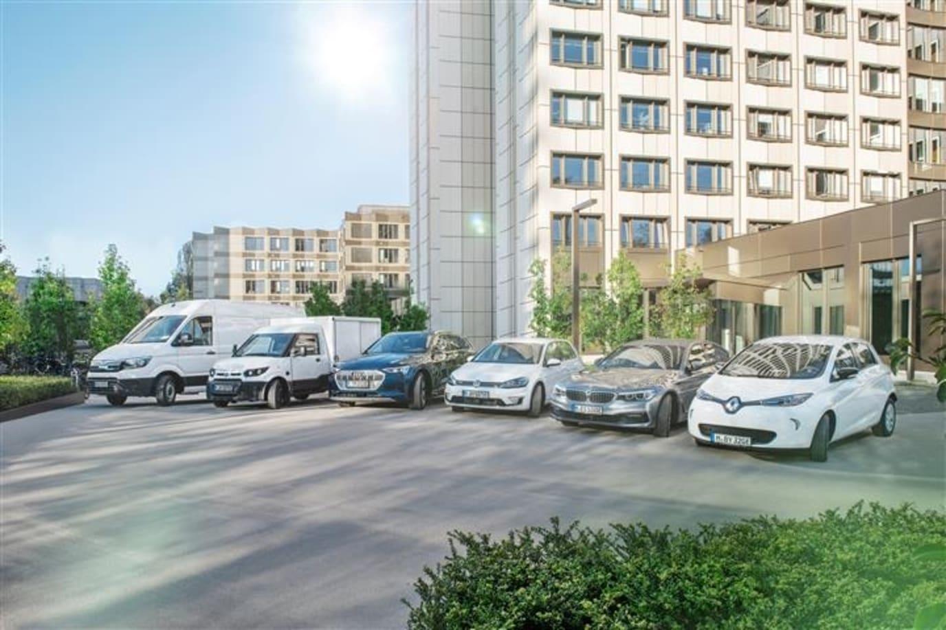E-Autos vor der BayWa Konzernzentrale.