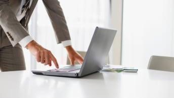 Person mit Laptop