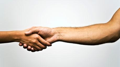 Händeschütteln zweier Personen