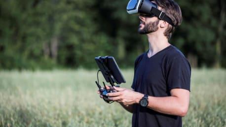 Mann mit Virtual Reality Brille