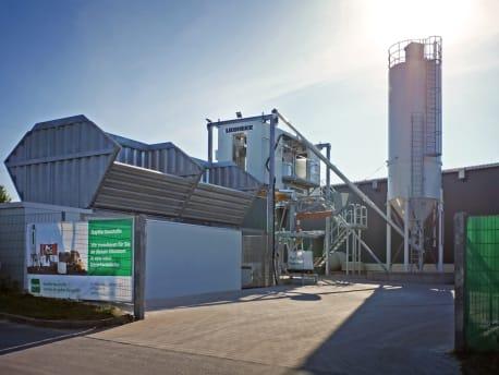Die neue Betontankstelle von BayWa Baustoffe in Würzburg aus Sicht vom Eingangstor des Standorts.