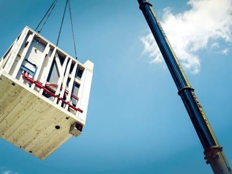 Badmodul des Rosenheimer Start-ups Tjiko wird auf der Baustelle angeliefert.