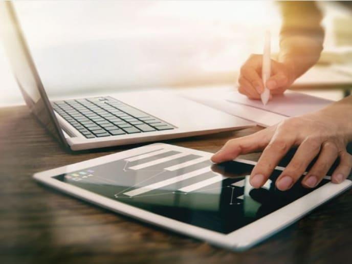 Tablet und Laptop mit Hand