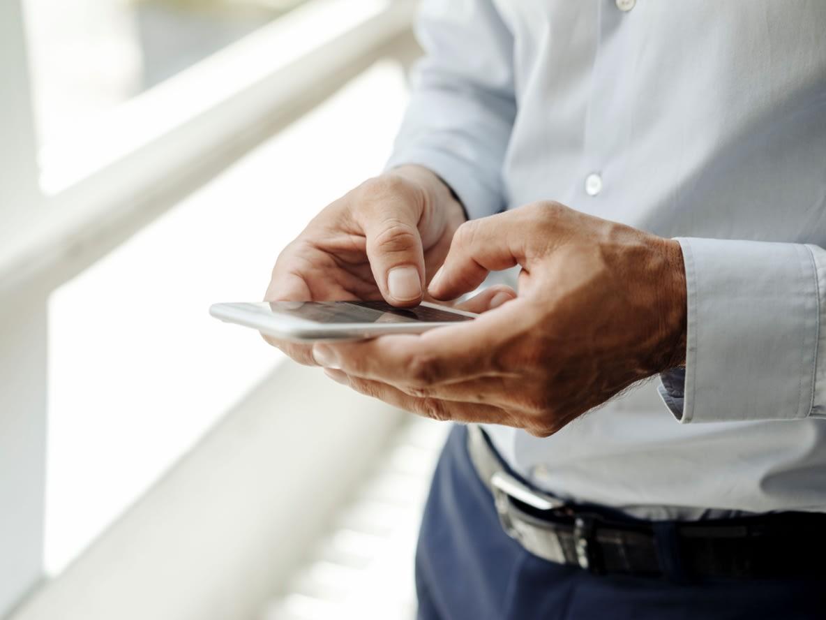 Arbeitender Mensch mit Mobiltelefon