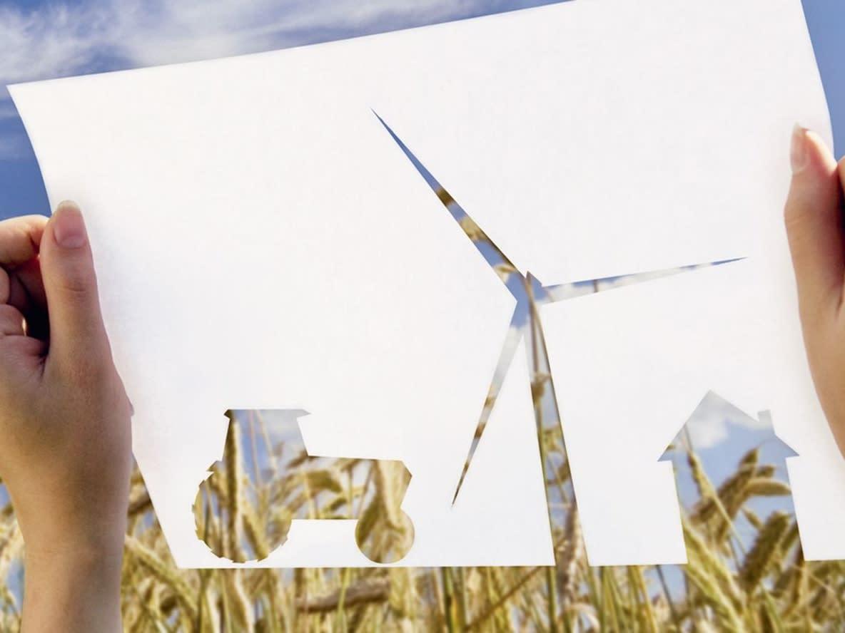 Papierscherenschnitt mit Windrad, Traktor und Haus