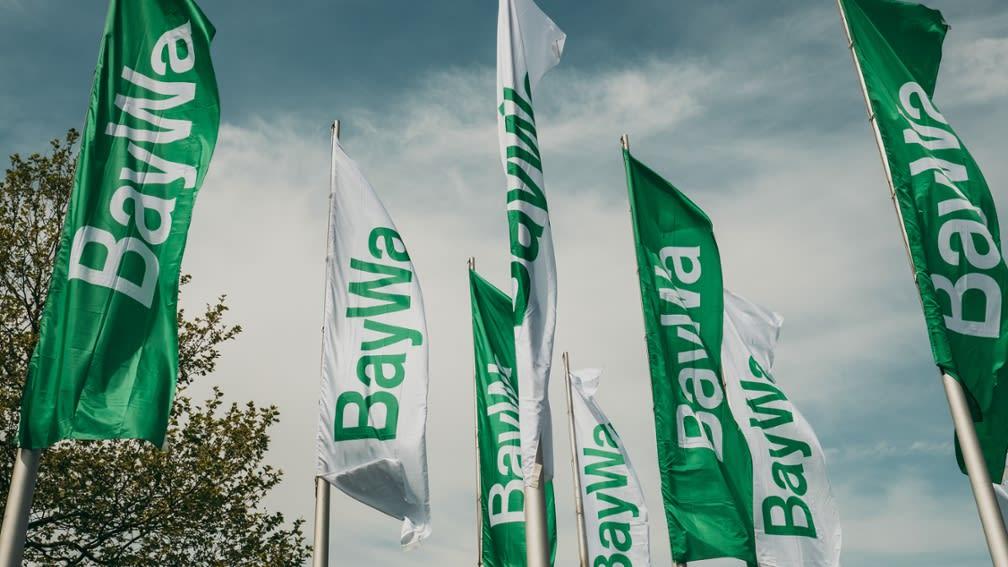 3 Fahnen in grün und weiß mit dem Schriftzug BayWa bedruckt