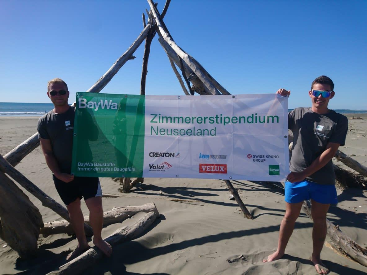 Stipendiaten am Strand mit Banner