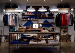 a09fcb31f8b6 Le magasin de vêtements est lieu où on peut acheter des jupes, des robes,  des pantalons, des pulls, des manteaux etc. Un vendeur   Une vendeuse est  une ...
