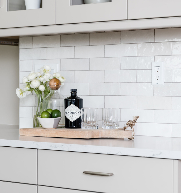 Pairing grey grout with this Cloé in White accentuates the different color tones in this collection