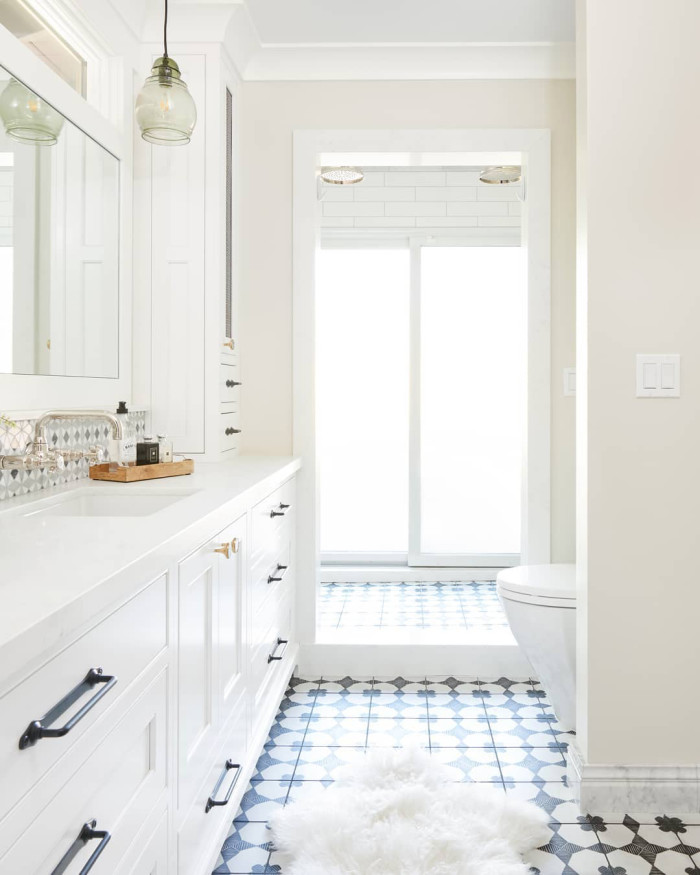 White bathroom with black and white accents | Source: @kbgdesign