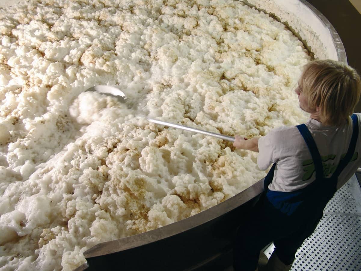 正在收集頂層發酵酵母的釀酒師