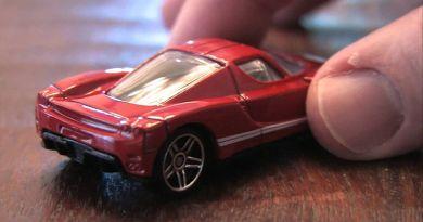 kırmızı oyuncak araba
