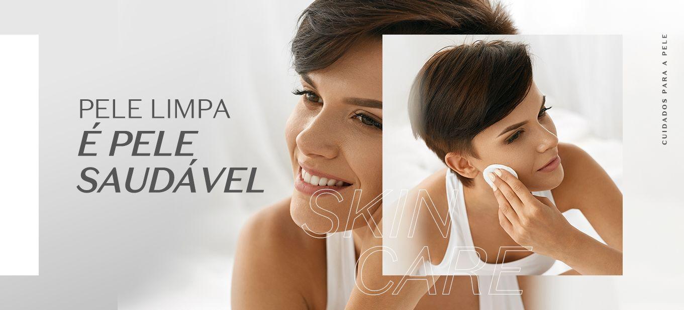 Limpeza de pele: imagem com mulher de cabelo curto preto se olhando no espelho e limpando o rosto com um algodão branco. Frase na imagem: pele limpa é pele saudável.