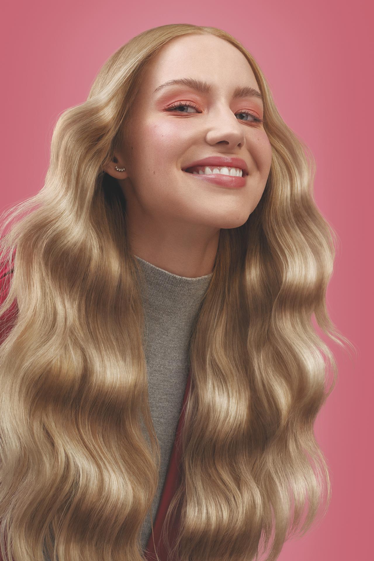 Modelo Loira com cabelos brilhosos