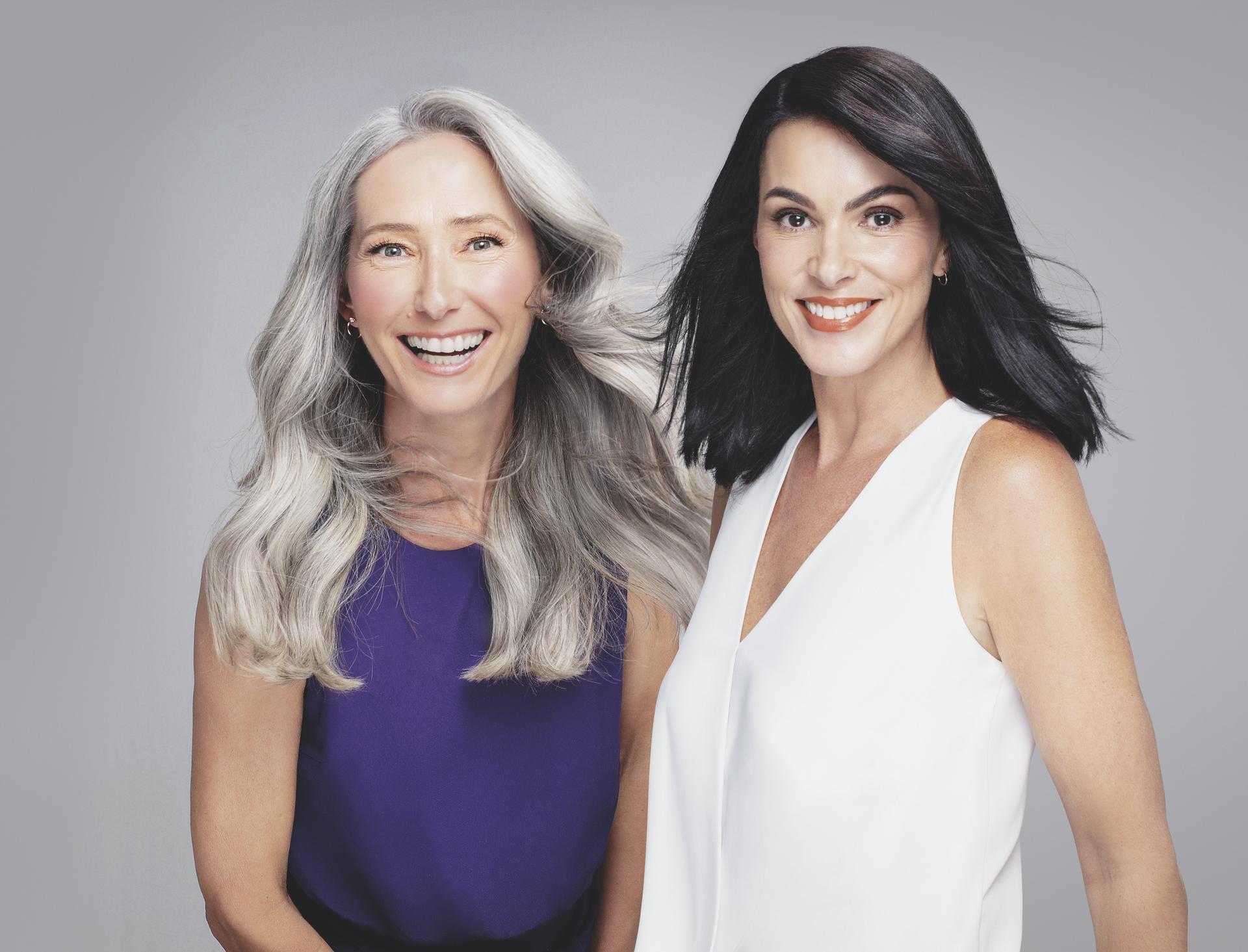 Uma modelo à esquerda com cabelo branco e uma modelo à direita com cabelos pretos.