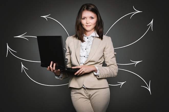 PCを持った女性と矢印