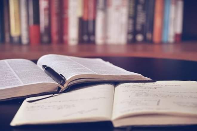 書籍類とペンの写真