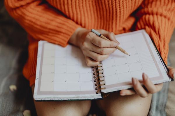 女性とスケジュール帳