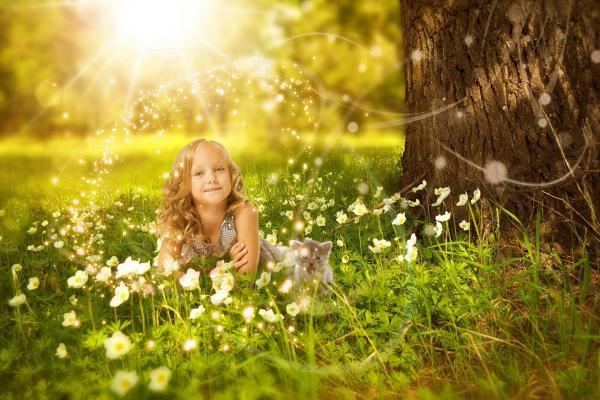 光に照らされる少女