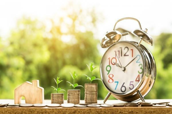 お金と時計の写真