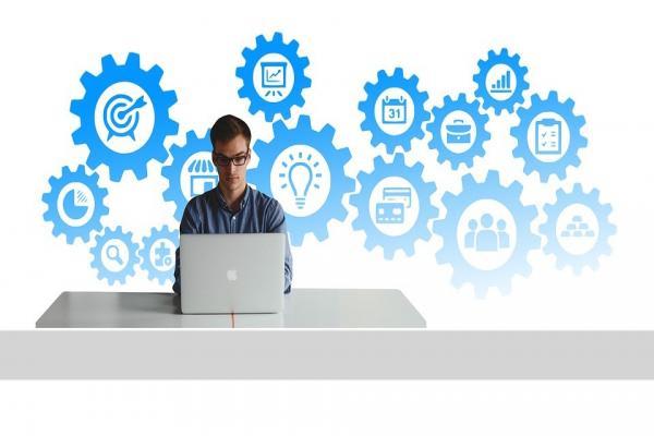 パソコンに向かう男性の写真