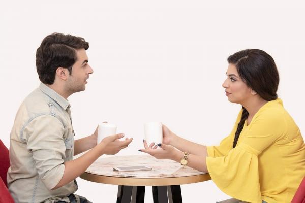 女性と男性机上で討論